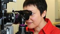 Schaut ihren Patienten tief in die Augen: DLR%2dAugenärztin Claudia Stern