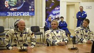 Die Crew der Expedition 40/41 in den Sokol%2dRaumanzügen