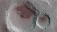 Anaglyphenbild eines Kraters mit großem Dünenfeld in der Region Aonia Terra