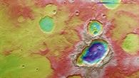 Falschfarbendarstellung der Topographie des Dreifachkraters in der Region Terra Sirenum