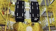 Die beiden Galileo%2dSatelliten werden am 10. Oktober 2011 auf dem Fregat%2dTrägerelement montiert. Das Fregat%2dElement ist ein Teil des Transportsystem Sojus%2dFregat und transportiert die Satelliten bis auf ihre entgültige Umlaufbahn in 23 222 Kilometern Höhe.
