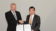 Prof. Rolf Henke und Dr. Jaiwon Shin nach der Unterzeichnung des Abkommens