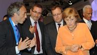 Bundeskanzlerin Merkel beim Besuch in der Raumfahrthalle