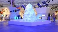 """""""Eisberg"""" am Eingang des Space Pavilion"""