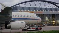 ATRA vor einem Hangar auf dem Weg in die Lärmschutzhalle