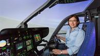 Bianca Schuchardt mit Lenkradsteuerung im DLR%2dHubschraubersimulator