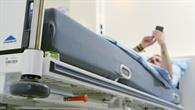 Um die Auswirkungen der Schwerelosigkeit auf den menschlichen Körper zu simulieren, liegen die Probanden zum Kopf hin um sechs Grad geneigt.