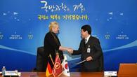 Prof. Pascale Ehrenfreund und Dr. Kim Inho (ADD) bei der Vertragsunterzeichung