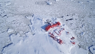 1991 wurde die GARS (German Antarctic Receiving Station) O'Higgins%2dAntarktisstation gegründet. Die weißen Gebäude und die 9%2dMeter%2dAntenne der DLR%2dAntarktisstation liegen in direkter Nachbarschaft zur chilenischen Antarktisstation (rot gestrichen). Im Ganzjahresbetrieb werden in den insgesamt 35 Stationen Arbeiten ausgeübt.