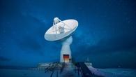 Früher hat die DLR-Empfangsanlage Informationen aus dem All empfangen. 25 Jahre später werden selbst bei extrem stürmischem Wetter Informationen an Satelliten gesendet.