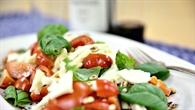 Tomaten%2dMozzarella%2dSalat mit Tomaten und Basilikum aus dem Gewächshaus