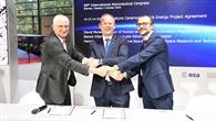 DLR, ESA und Air Liquide unterzeichneten das LUNA-Agreement auf dem 69. International Astronautical Congress in Bremen. Es unterschrieben Hansjörg Dittus, DLR-Vorstand für Raumfahrtforschung und -technologie (links), David Parker, ESA-Director of Human and Robotic Exploration Programmes (Mitte), und Benoit Hilbert, CEO Air Liquide (rechts).