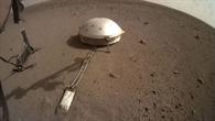 Während der Marsmaulwurf (links) hämmert lauscht das Seismometer (rechts) den Schlägen im Boden.