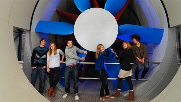 DLR_School_Lab Göttingen: Schülerinnen und Schüler experimentieren im Windkanal