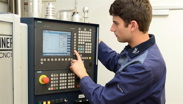 Bedienung CNC Werkzeugmaschine