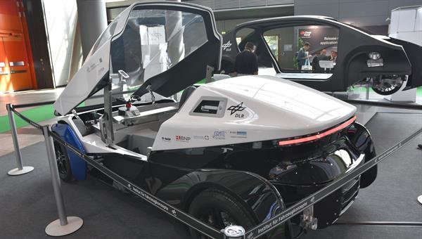 Forschungsfahrzeug SLRV des DLR auf der Composites Europe