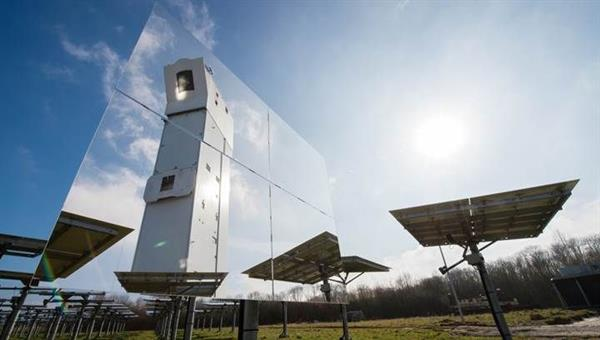 Solarturm Jülich spiegelt sich in einem Heliostaten