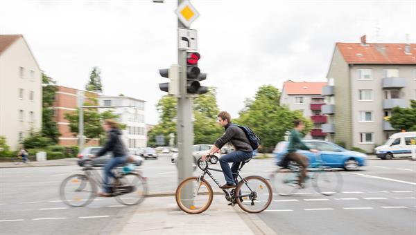 Warnung vor querenden Radfahrern für Autofahrer