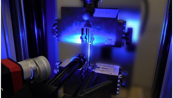 Zugversuch einer verklebten Probe zur Festigkeitsbestimmung der Verbindung mit optischer Messtechnik