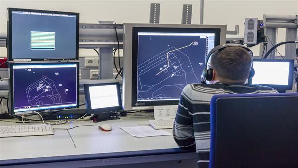 Fluglotse nutzt prototypische Assistenzsysteme