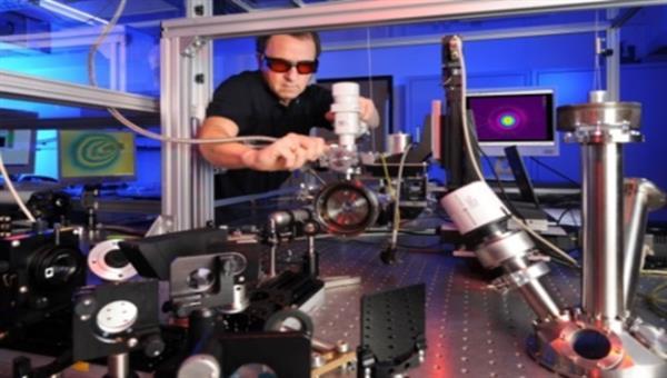 Aufbau zur Bestimmung von laserinduzierten Zerstörschwellen an Optiken für Anwendung in der Luft%2d und Raumfahrt