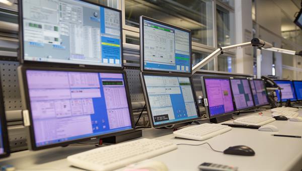 Blick in den Operatorraum des Deutschen Fernerkundungsdatenzentrums in Neustrelitz