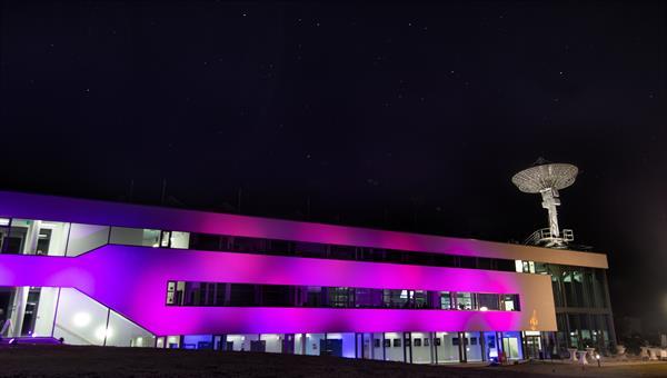 Gebäude mit Antenne des Deutschen Fernerkundungsdatenzentrums in Neustrelitz