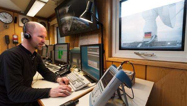 Mitarbeiter bei seiner Tätigkeit in der GARS O'Higgins Station in der Antarktis