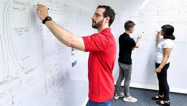 Mitarbeiter der Einrichtung Simulations%2d und Softwaretechnik beim Architekturdesign
