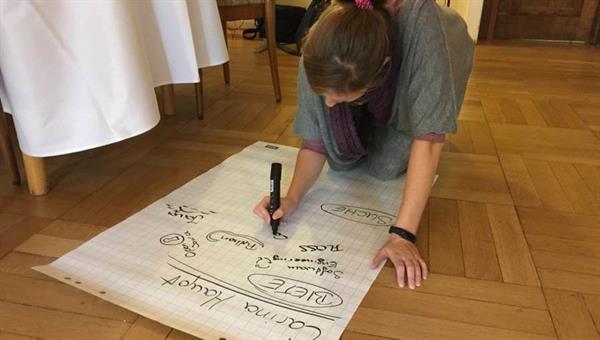 Mitarbeiterin erstellt ihr Poster beim gut besuchten WissensAustauschWorkshop DLR.Open