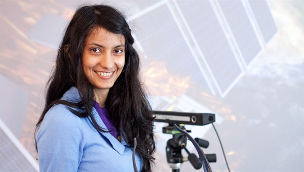 DLR%2dDAAD Post%2dDoc Stipendiatin Dr. Janki Dodiya arbeitet an einer virtuellen Montagesimulation mittels Techniken der Virtuellen Realität.