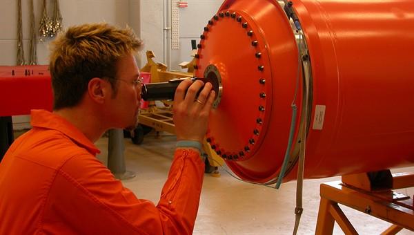 Wolfgang Jung bei der Motorsinspektion: Hat der Treibstoff keine Risse?