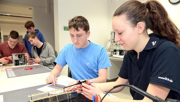 Auszubildende beim Durchführen von elektronischen Messungen
