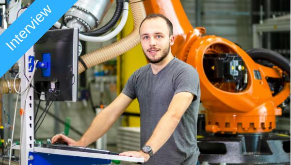 Tobias Haase stellt eine Vernetzung der Roboteranlagen her