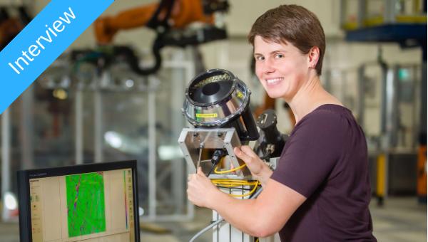 Am Fusions%2dEndeffektor misst Monika Mayer mit der Faserwinkelkamera die Faserausrichtung von abgelegten Zuschnitten