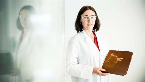 Marina Schwan erzeugt innovative Dämmstoffe im Labor