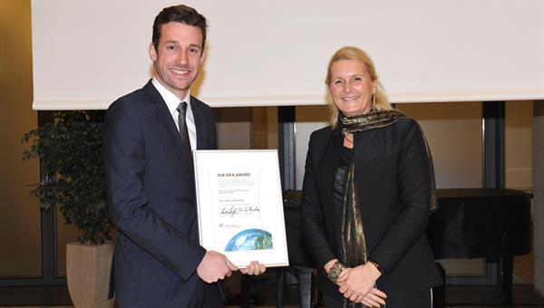 DLR IDEA AWARD 2016: Gewinner Julian Veitengruber und DLR%2dVorstandsvorsitzende Prof. Pascale Ehrenfreund