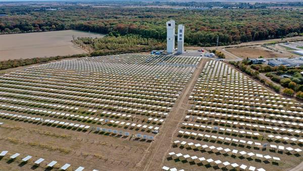 Über 2000 Spiegel konzentrieren die auftreffenden Sonnenstrahlen auf die Spitzen der Türme. Quelle: DLR (CC%2dBY 3.0)
