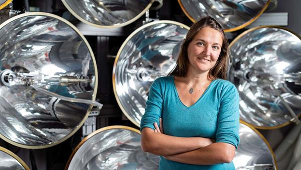 Stefania Tescari vor dem Xenon%2dHochleistungsstrahler des DLR%2dInstituts für Solarforschung