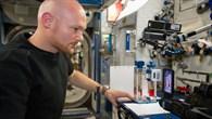 Alexander Gerst mit dem Capillary Flow Experiment (CFE%2d2)