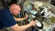 Alexander Gerst arbeitet am Verbrennungsexperiment BASS