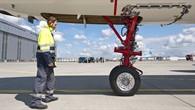 Testingenieur vor dem elektrischen Bugrad