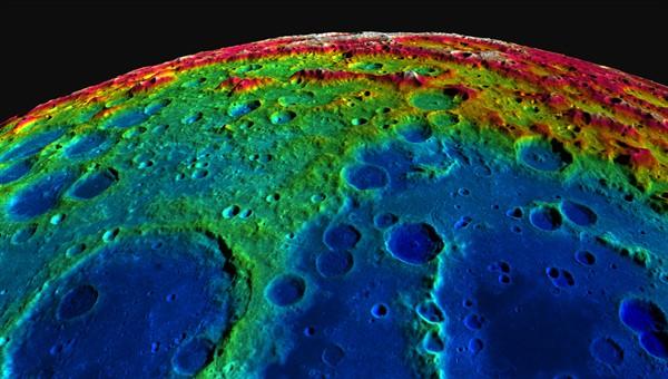 Farbig dargestellte Höhe der Mondoberfläche (Bild: NASA/GSFC/ASU/DLR)