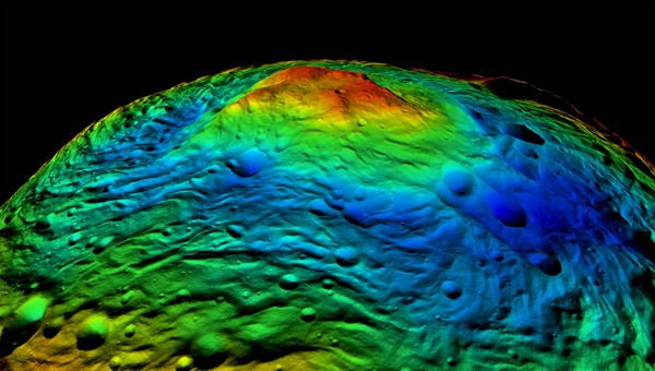 Das Rheasilvia%2dEinschlagsbecken am Südpol von Vesta: Die perspektivische, in Falschfarben dargestellte Topographie des Südpols von Vesta zeigt in blauen Farbtönen Teile des 500 Kilometer großen Rheasilvia%2dEinschlagsbeckens sowie im Zentrum der Struktur ein über 20 Kilometer hohes Bergmassiv in grünen, gelben und roten Tönen. Das globale topographische Oberflächenmodell von Vesta wurde von DLR%2dWissenschaftlern aus tausenden Einzelbildern durch Stereo%2dPhotogrammetrie abgeleitet. Bild: NASA/JPL%2dCaltech/UCLA/MPS/DLR/IDA.