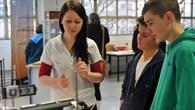 Schüler verfolgen ein Experiment