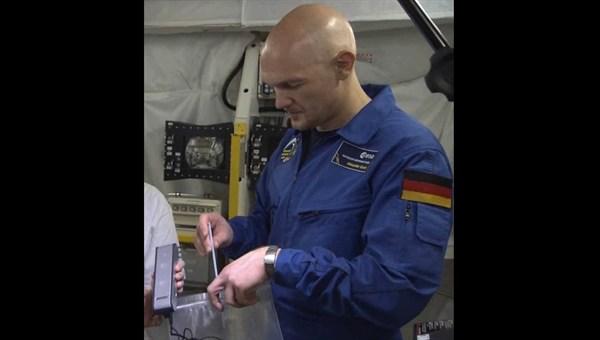 Alexander Gerst beim Übern mit dem Seifenblasenexperiment