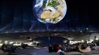 Blick von der Tribüne auf die künstliche Erde