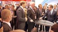 Der russische Ministerpräsident Dimitri Medwedew auf dem DLR%2dStand