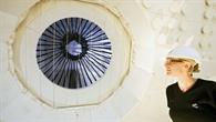 Kontrollblick auf die dunklen Absorberrohre im Strahlungsempfänger