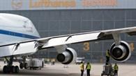 SOFIA vor einem Hangar der Lufthansa Technik